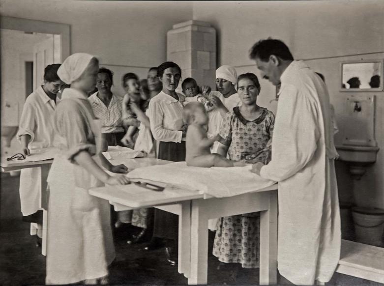 Dr. Švarc sa pacijentima, 1931.